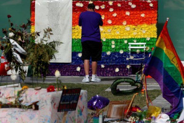 Pulse槍擊案後設置的暫時性紀念地。photo by Carlo Allegri—Reuters