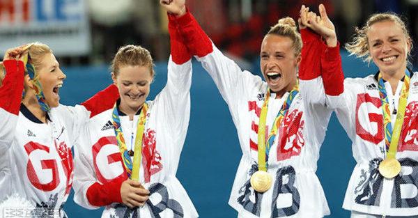 8月19日,海倫(左二)與凱特(右)和隊友們慶祝奪金