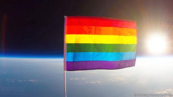 8月17日,彩虹旗首次被送到接近太空的地方